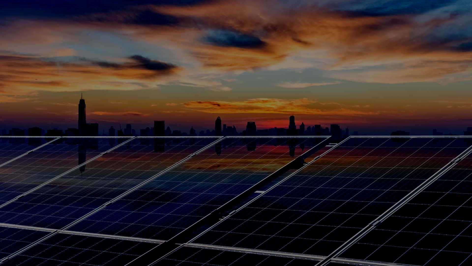 Placas solares con puesta del sol al fondo